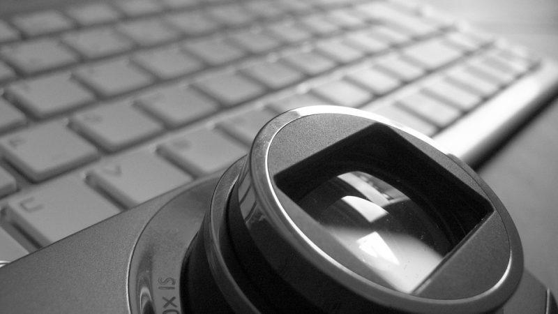 Monitor per PC e obiettivo fotocamera